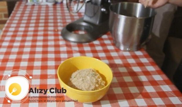 Для приготовления люля кебаб из курицы дайте фаршу постоять.