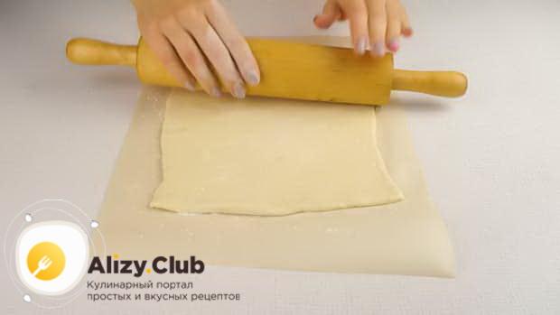 Для приготовления мини пиццы, расатайте тесто.
