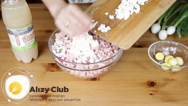 Перед тем как сделать окрошку с квасом, нарежьте белок от яиц.