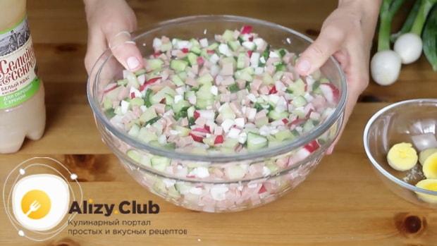 Перед тем как сделать окрошку с квасом, охладите ингредиенты.
