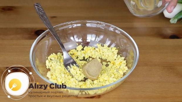 Перед тем как сделать окрошку с квасом, разомните желток з горчицей.