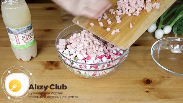 Перед тем как сделать окрошку с квасом, нарежьте колбасу.