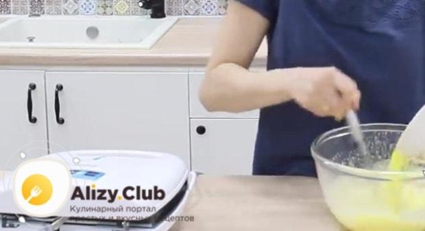 Добавляем в яично-сахарную массу растопленное сливочное масло