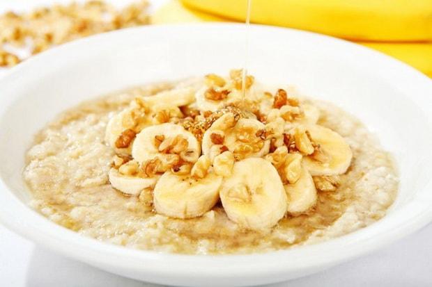 Украсьте овсяную кашу бананом и орехами.