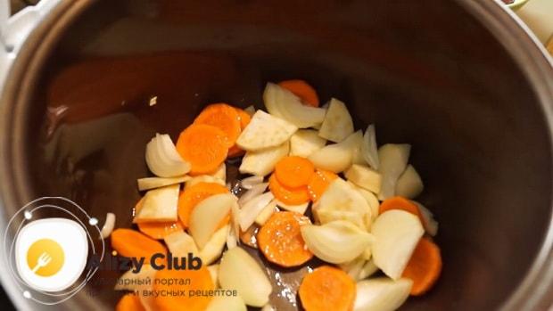 Подготовьте овощи перед тем  как сделать паштет из свиной печени