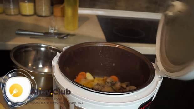 Для приготовления паштета из свиной печени обжарьте ингредиенты.