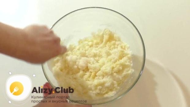 Смешайте 250 г кокосовой стружки, 100-150 г сахара и 2 яйца в однородную массу