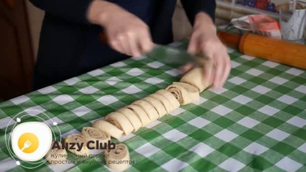 Приготовьте тесто для печенья на кефире.