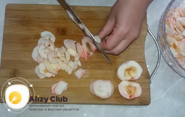 Для приготовления яблочного, очень вкусного пирога . очистите шкурку с яблок, тогда он быстро получится нежный и