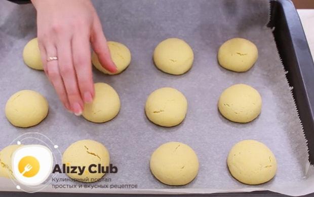 Для приготовления пирожных персик, выпекайте заготовки при 180 градусах.