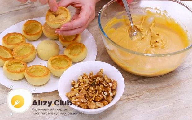Для приготовления пирожных персик, наполните заготовки кремом.