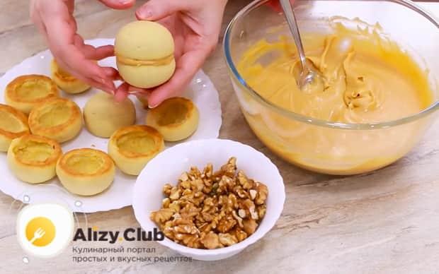 Для приготовления пирожных персик, слепите заготовки.
