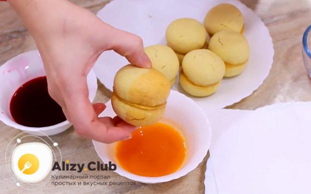 Для приготовления пирожных персик, обмакните пирожное в сок.
