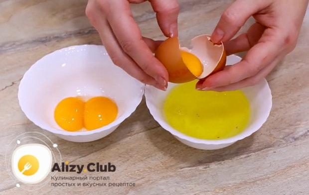 Для приготовления пирожных персик, отделите белки от желтков.