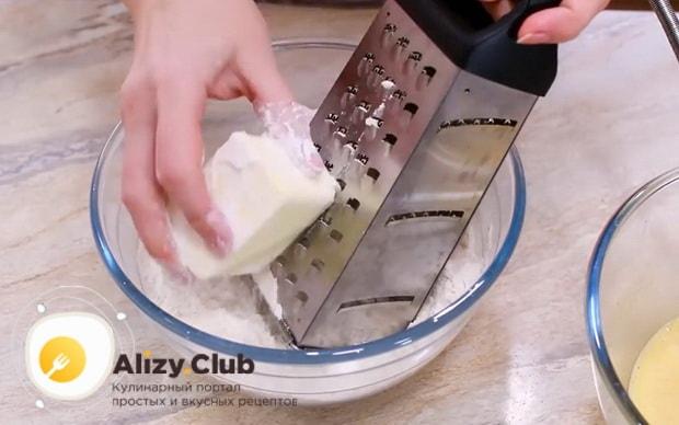 Для приготовления пирожных персик, натрите масло.