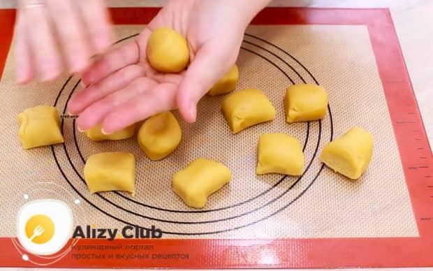Для приготовления пирожных персик, приготовьте тесто.