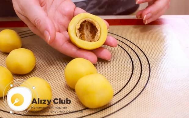 Для приготовления пирожных персик, положите в тесто скорлупу.