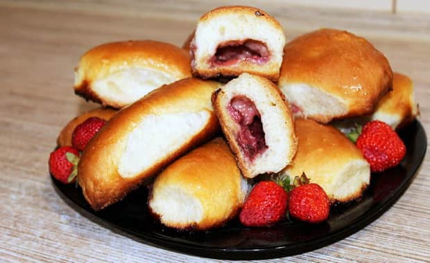 Как приготовить вкусные пирожки с клубникой в духовке и на сковороде по рецепту с фото