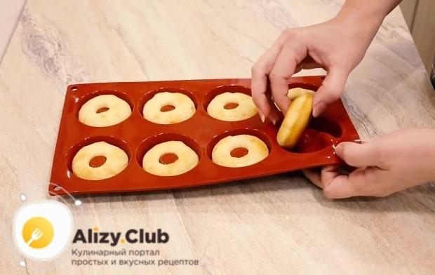 Достаем форму из духовки, выкладываем пончики