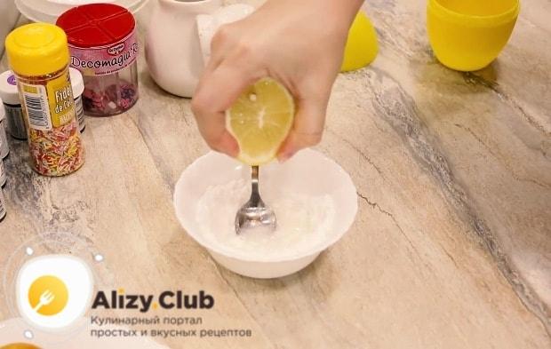 К 100 граммам сахарной пудры добавляем по нескольку капель воду