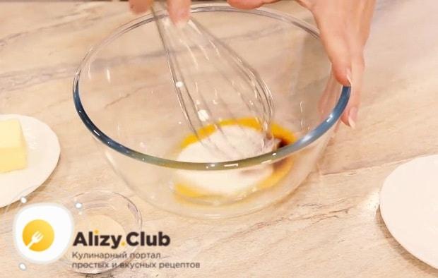 В миске перемешаем венчиком 1 яйцо
