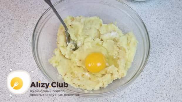 Для приготовления ленивых вареников из картофеля, смешайте пюре с яйцом.