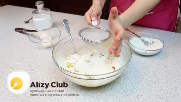 Для приготовления ленивых вареников из картофеля, смешайте картофель с мукой.