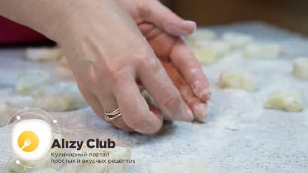 Для приготовления ленивых вареников из картофеля, нарежьте тесто.
