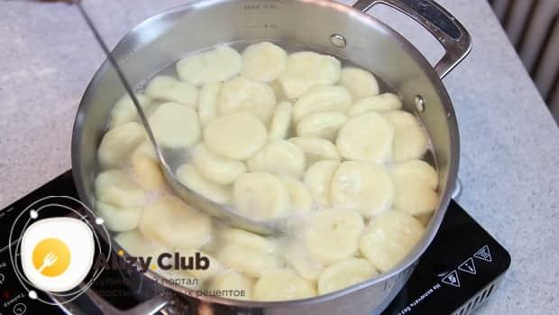 Для приготовления ленивых вареников из картофеля, отварите заготовки.