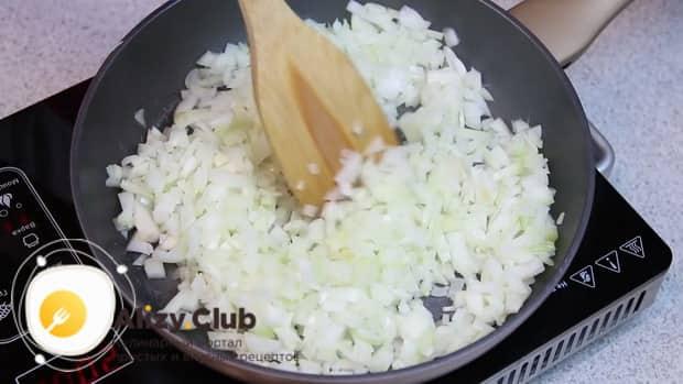 Для приготовления ленивых вареников из картофеля, обжарьте лук.