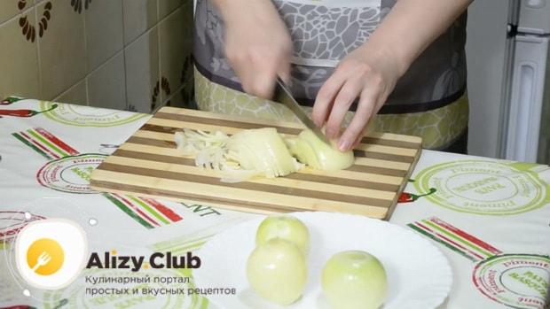 Для приготовления бешбармака нарежьте лук.