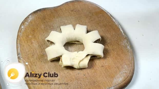 Сформуйте булочки с корицей и сахаром при помощи ножниц.