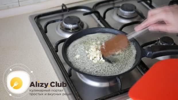 По рецепту. для приготовления пиццы 4 сыра обжарьте чеснок.