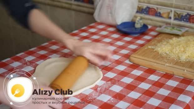 По рецепту. для приготовления пиццы 4 сыра раскатайте тесто.