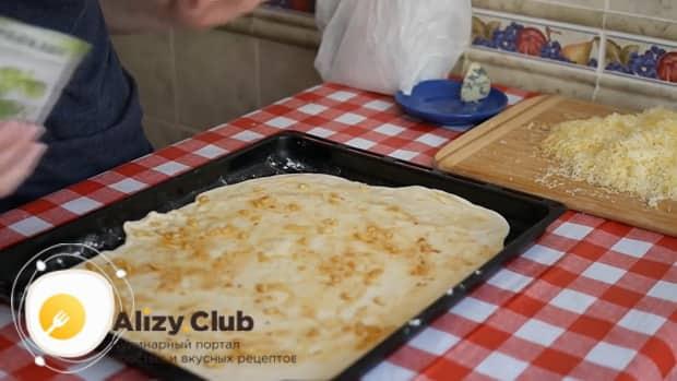По рецепту. для приготовления пиццы 4 сыра выложите на тесто чеснок с маслом.