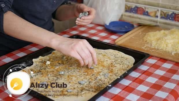 По рецепту. для приготовления пиццы 4 сыра выложите на тесто начинку.