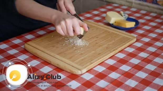 По рецепту. для приготовления пиццы 4 сыра натрите сыр.