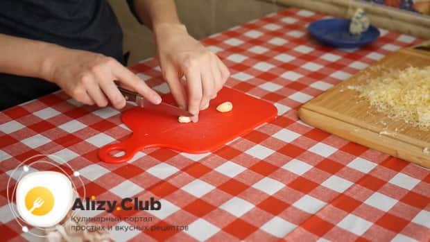 По рецепту. для приготовления пиццы 4 сыра очистите чеснок.