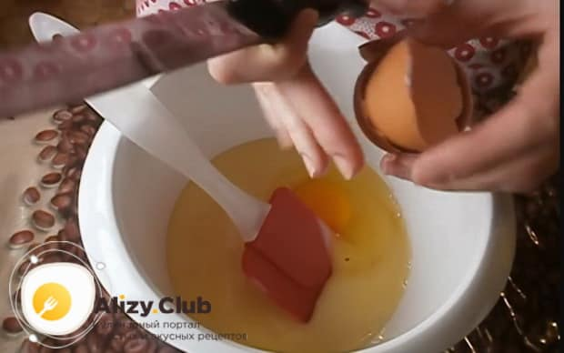Для приготовления торта на сковороде со сгущенкой взбейте яйца