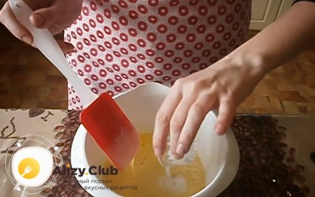 Для приготовления торта на сковороде со сгущенкой погасите соду.