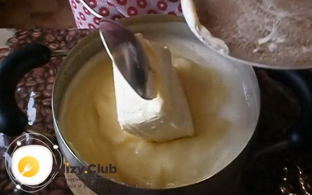 Для приготовления торта на сковороде со сгущенкой добавьте масло.