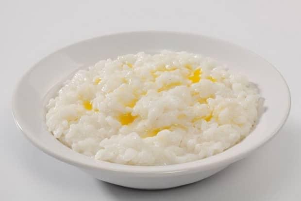 Вкусная рисовая каша на молоке готова.