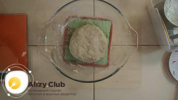 Для приготовления пирога со свежей рыбой, замесите тесто.