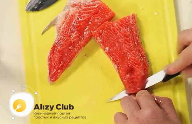 Для приготовления буйабеса, нарезаем рыбу.