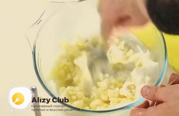 Смешиваем ингредиенты для приготовления картофельного соуса для супа буйабес.