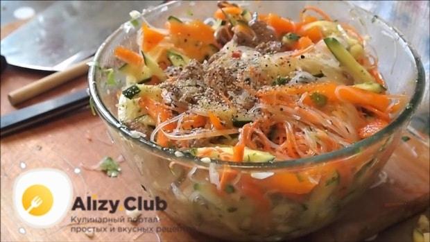 последним штрихом мы заправляем салат 1 ст. л. уксуса 9 %
