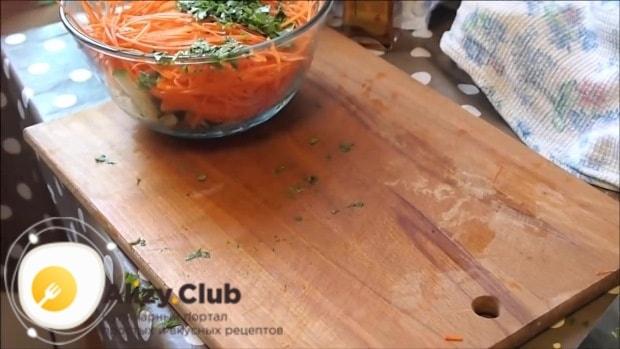 Очищенные от семян 100 грамм перца нарезаем соломкой