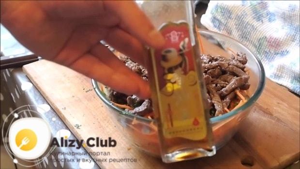 Вливаем 1 ч. л. кунжутного масла