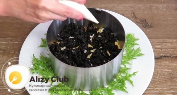Выкладываем нарезанный мелко чернослив