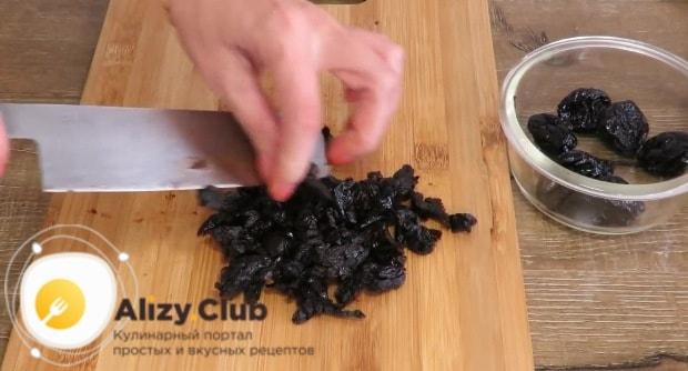 Нарезаем мелкими кубиками 100 грамм чернослива
